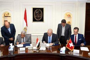 وزير الإسكان ومحافظ أسوان والسفير السويسري بالقاهرة يوقعون اتفاقية لتوفير مياه شرب نقية لأكثر من مليونى شخص