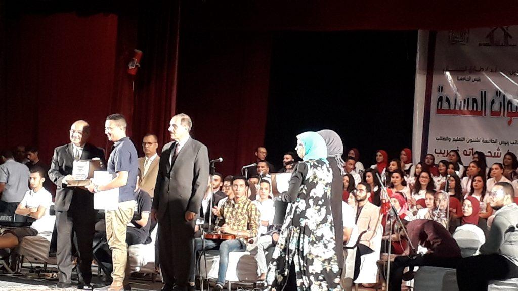محافظ اسيوط يكرم الجامعات المشاركه فى مؤتمر مصر تستطيع بطلابها بجامعة اسيوط - اليوم