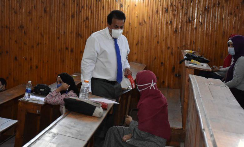 وزير التعليم العالي يتفقد امتحانات الفرق النهائية