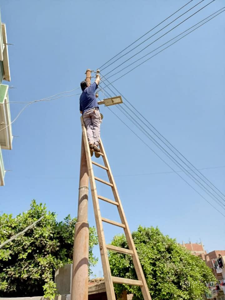 أعمال صيانة بشبكة الكهرباء