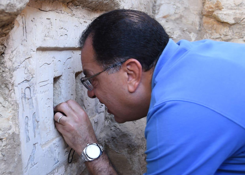 رئيس الوزراء أثناء تفقده أثار منطقة سقارة