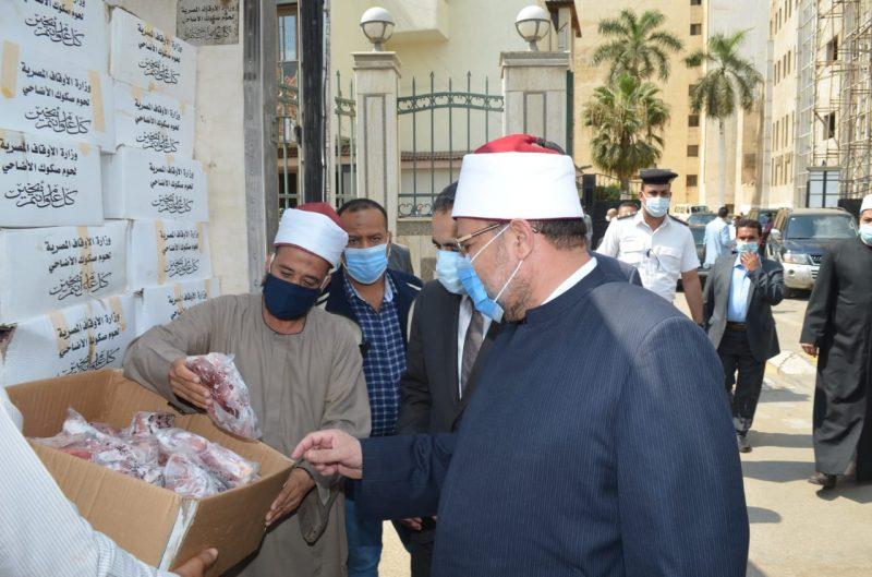 وزير الأوقاف يشهد توزيع لحوم الأضاحى بمحافظة الغربية