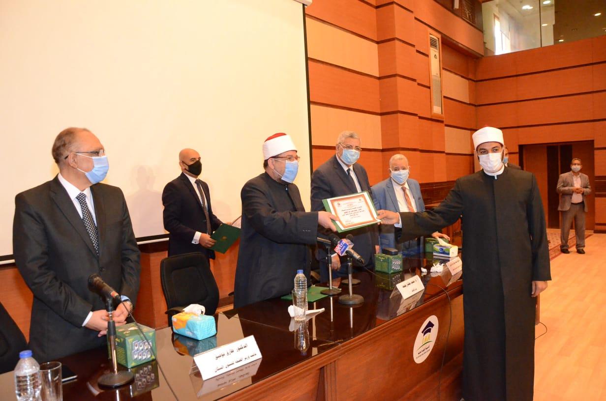 وزير الأوقاف يكرم الفائزين فى مسابقة رؤية للفكر المستنير