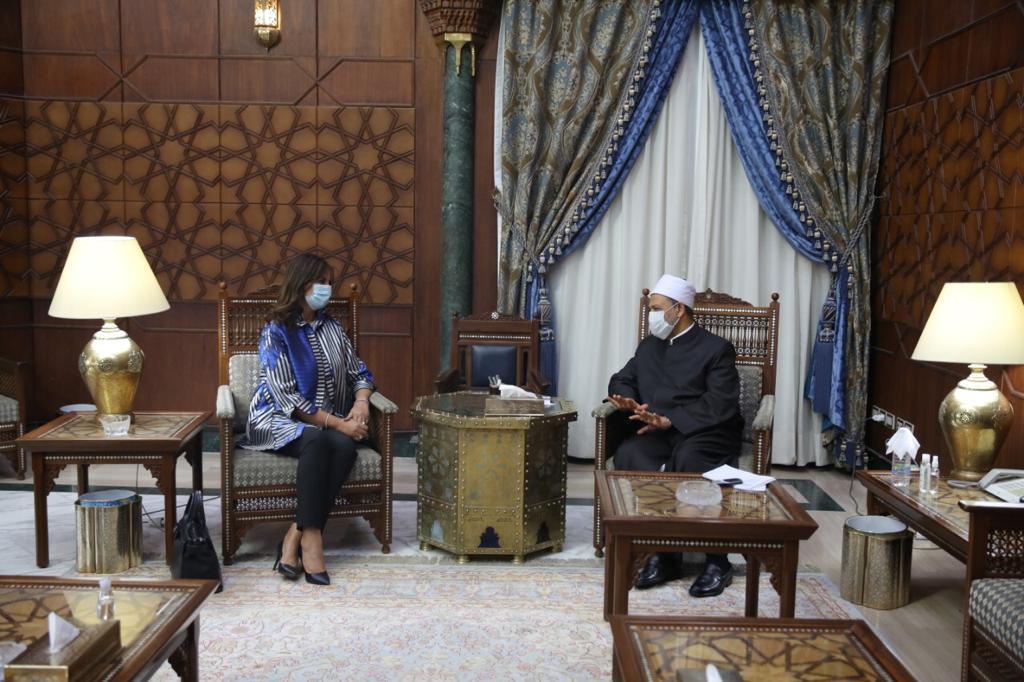 شيخ الأزهر خلال لقائه السفيرة نبيلة مكرم وزيرة الهجرة