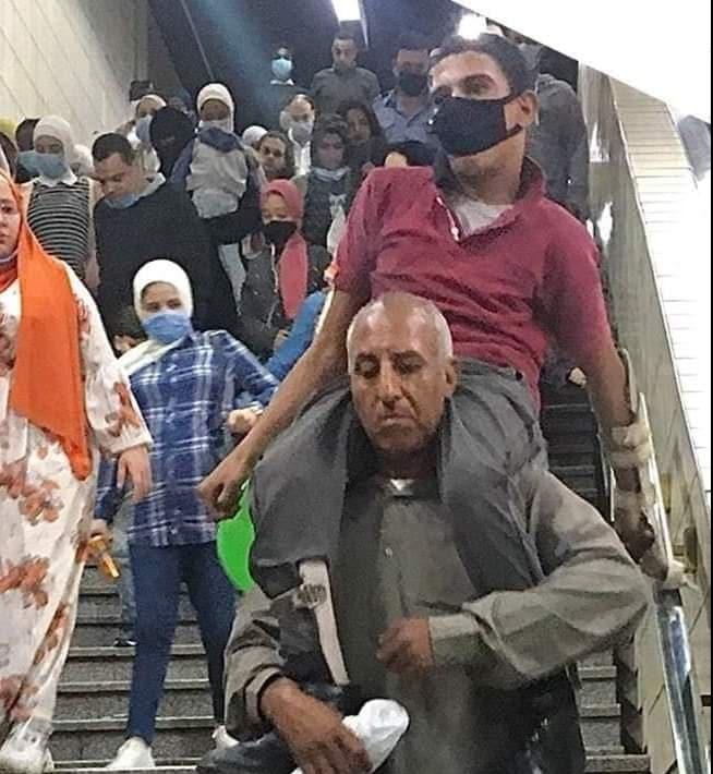 اب يحمل ابنه المريض