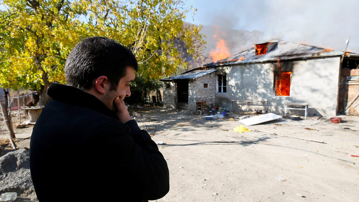 مواطنو إقليم ناجورنو كاراباخ يحرقون منازلهم