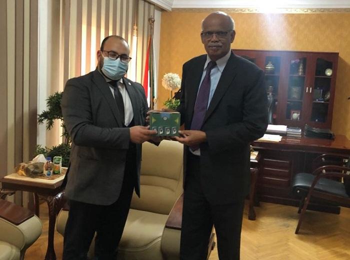 مساعد وزير الأوقاف يهدى مجموعة من سلسلة رؤية لسفارة السودان