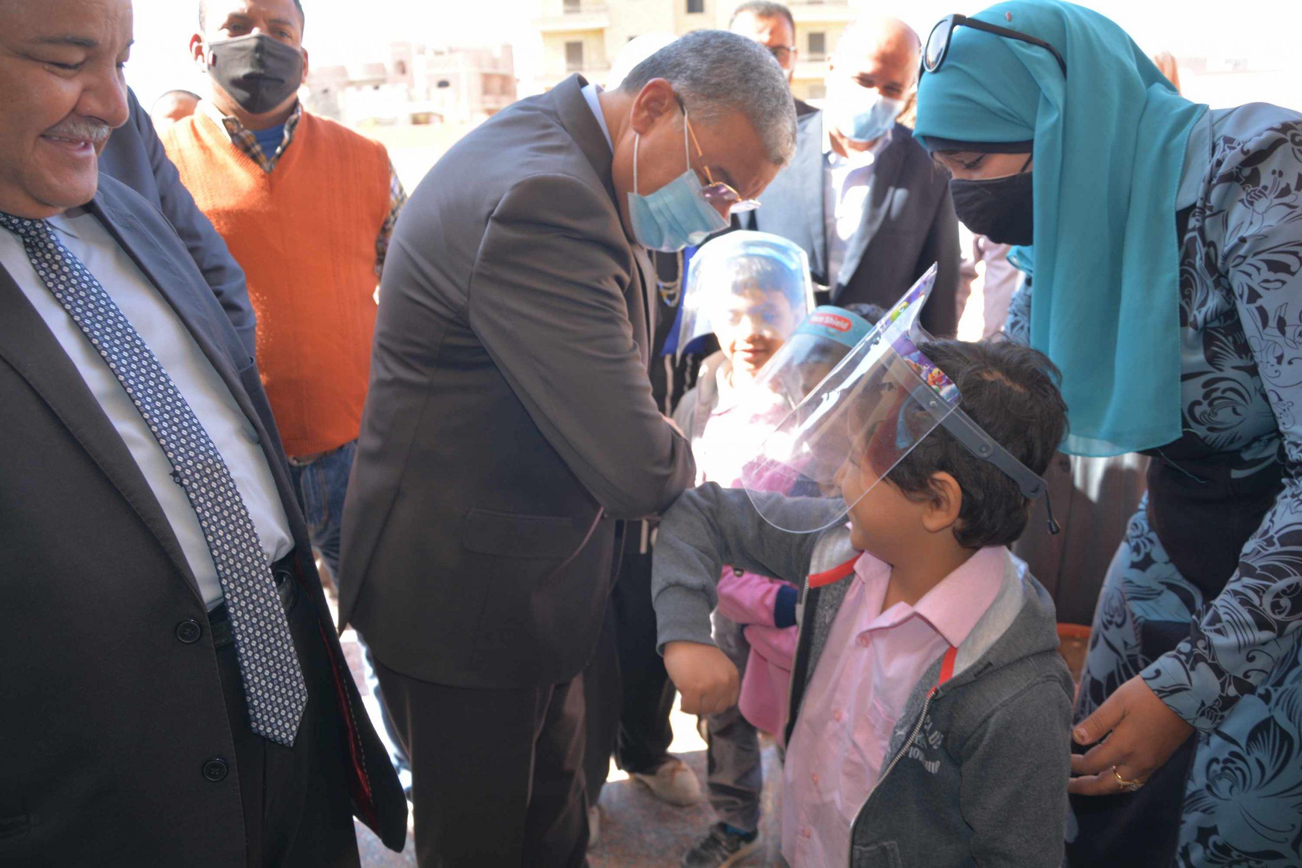محافظ المنيا يتفقد احدى المدارس