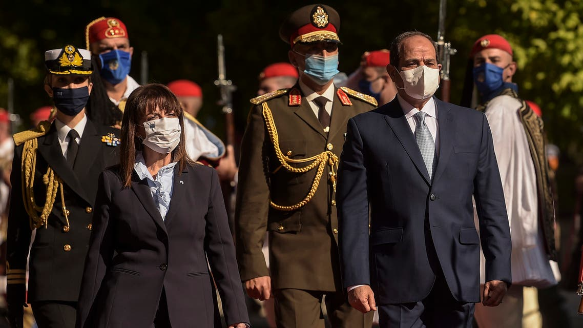 رئيسة اليونان تقلد السيسي