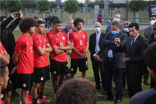 وزير الرياضة يدعم منتخب الشباب