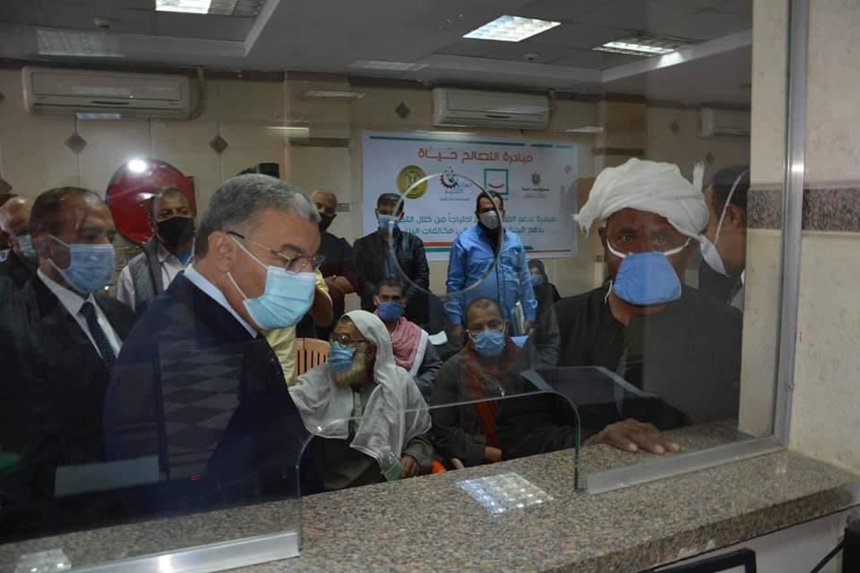 محافظ المنيا يتفقد مركز تلقى الطلبات