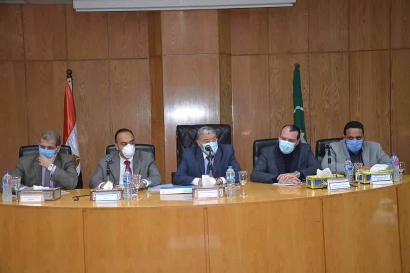 محافظ المنيا يبحث تطوير المدن