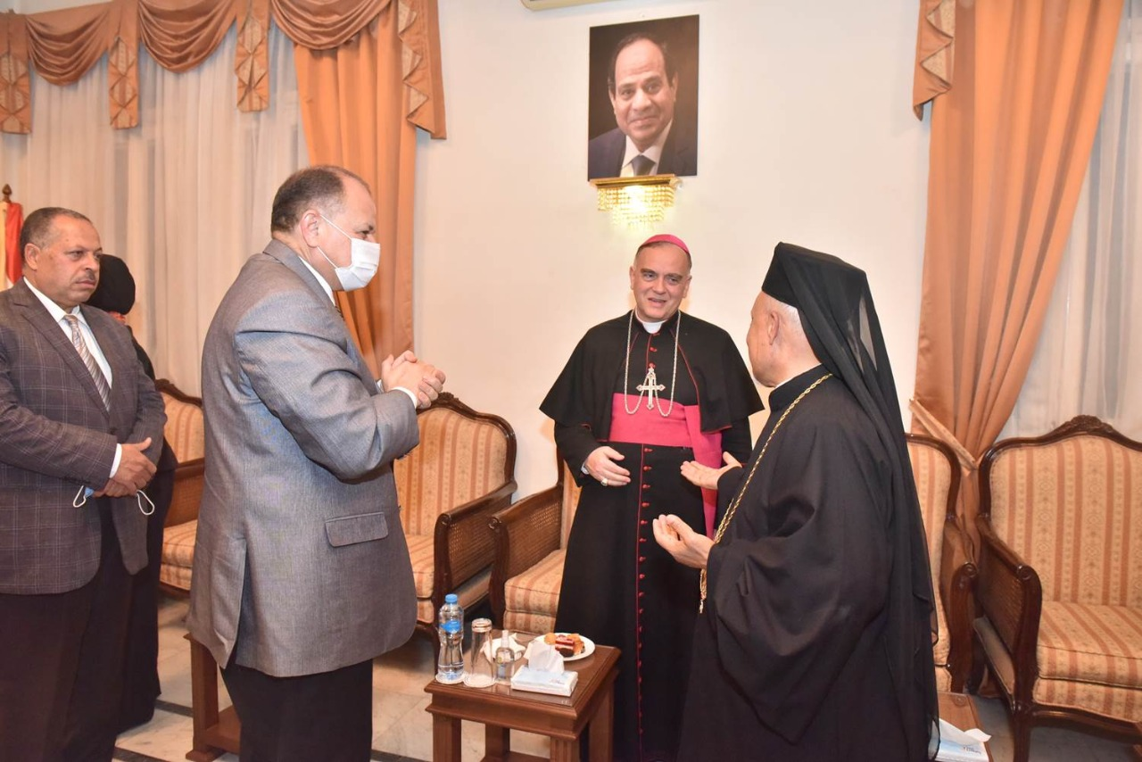 سفير الفاتيكان يصل مطرانية الأقباط الكاثوليك بأسيوط...صور