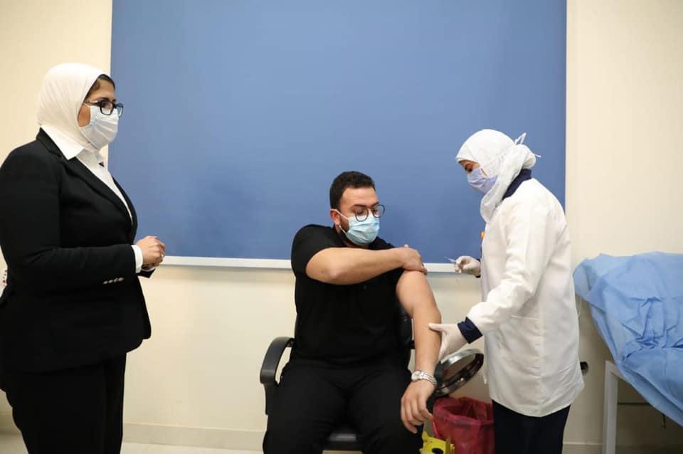 أول طبيب يتلقى لقاح كورونا