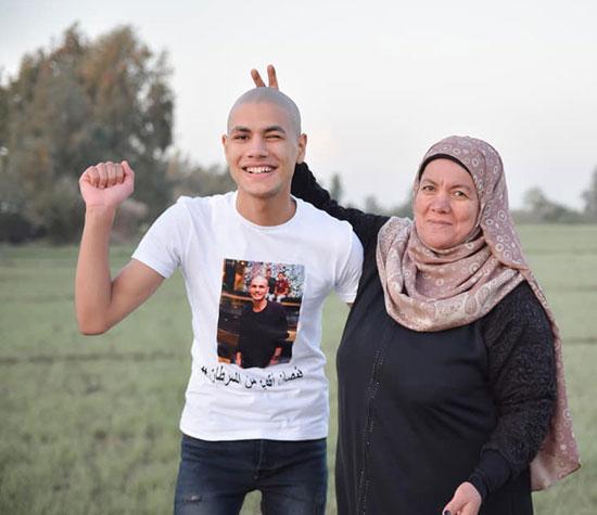 الشاب محمد قمصان المتهم بادعاء السرطان ووالدته