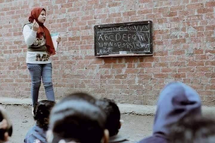ريم خيري طفلة تعلم جيرانها الأصغر منعا سنا بالشارع