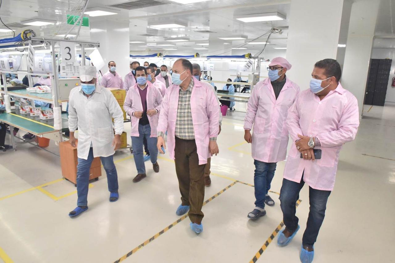 محافظ أسيوط يتفقد مصنع سيكو لإنتاج الهواتف المحمولة