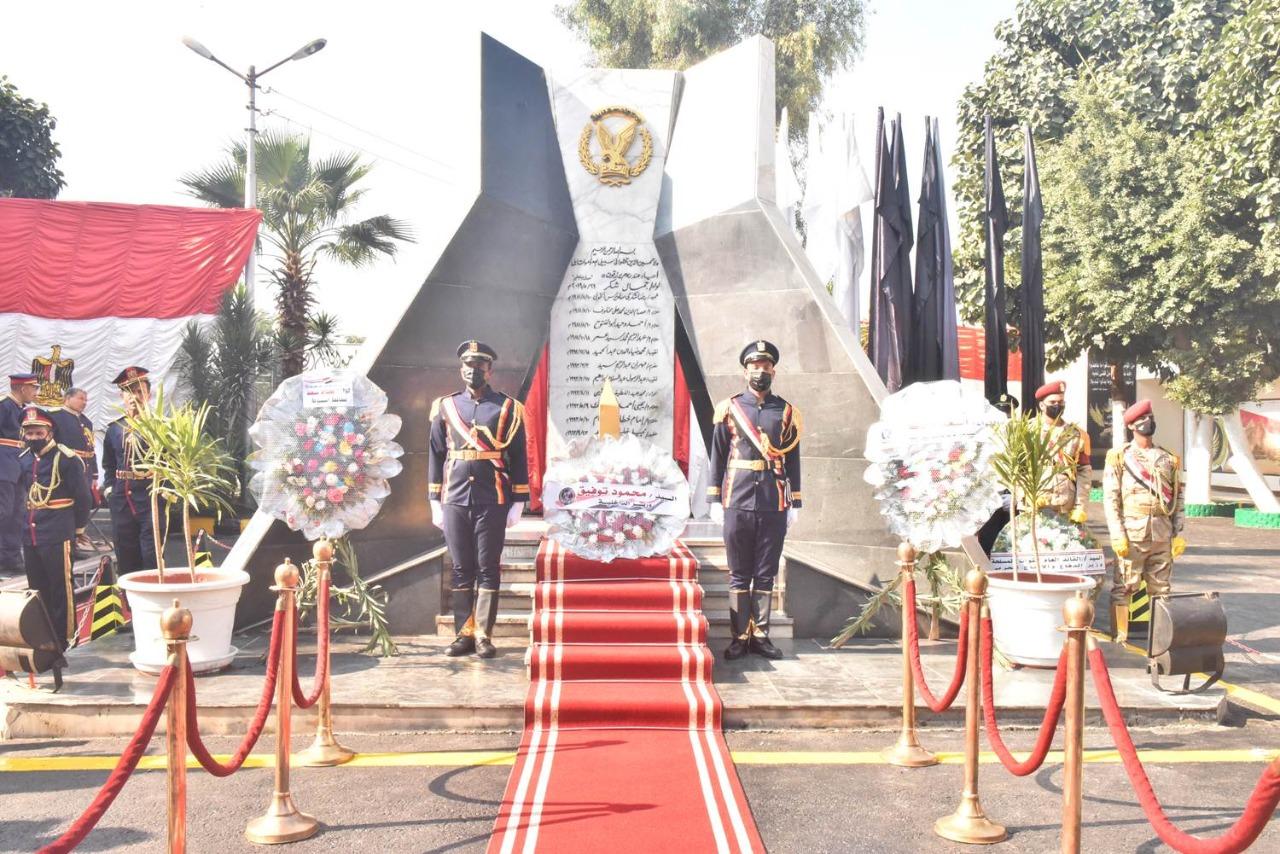 وضع إكليل زهور على النصب التذكاري لشهداء الشرطة بأسيوط...صور
