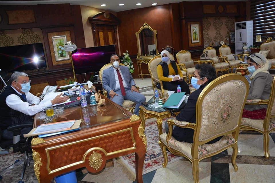 محافظ المنيا يناقش تطوير القرى