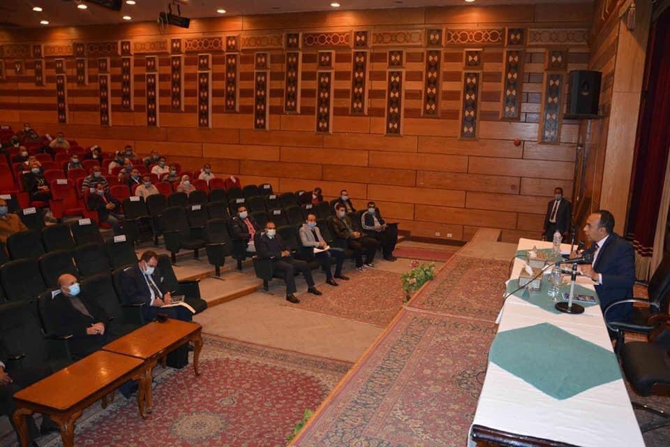 نائب محافظ المنيا فى اجتماع مع رؤساء القرى