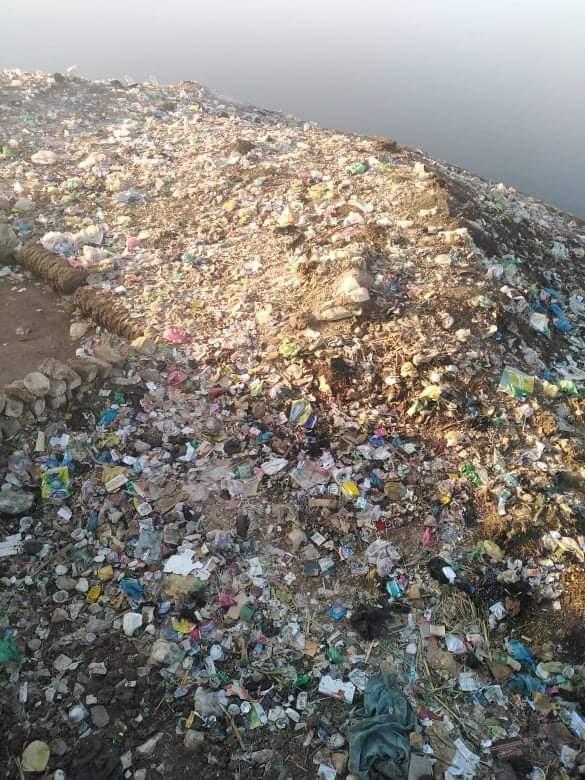 مخلفات على نهر النيل بقرية سوادة