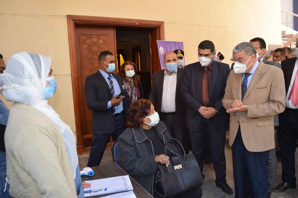 محافظ المنيا داخل مستشفى سمالوط