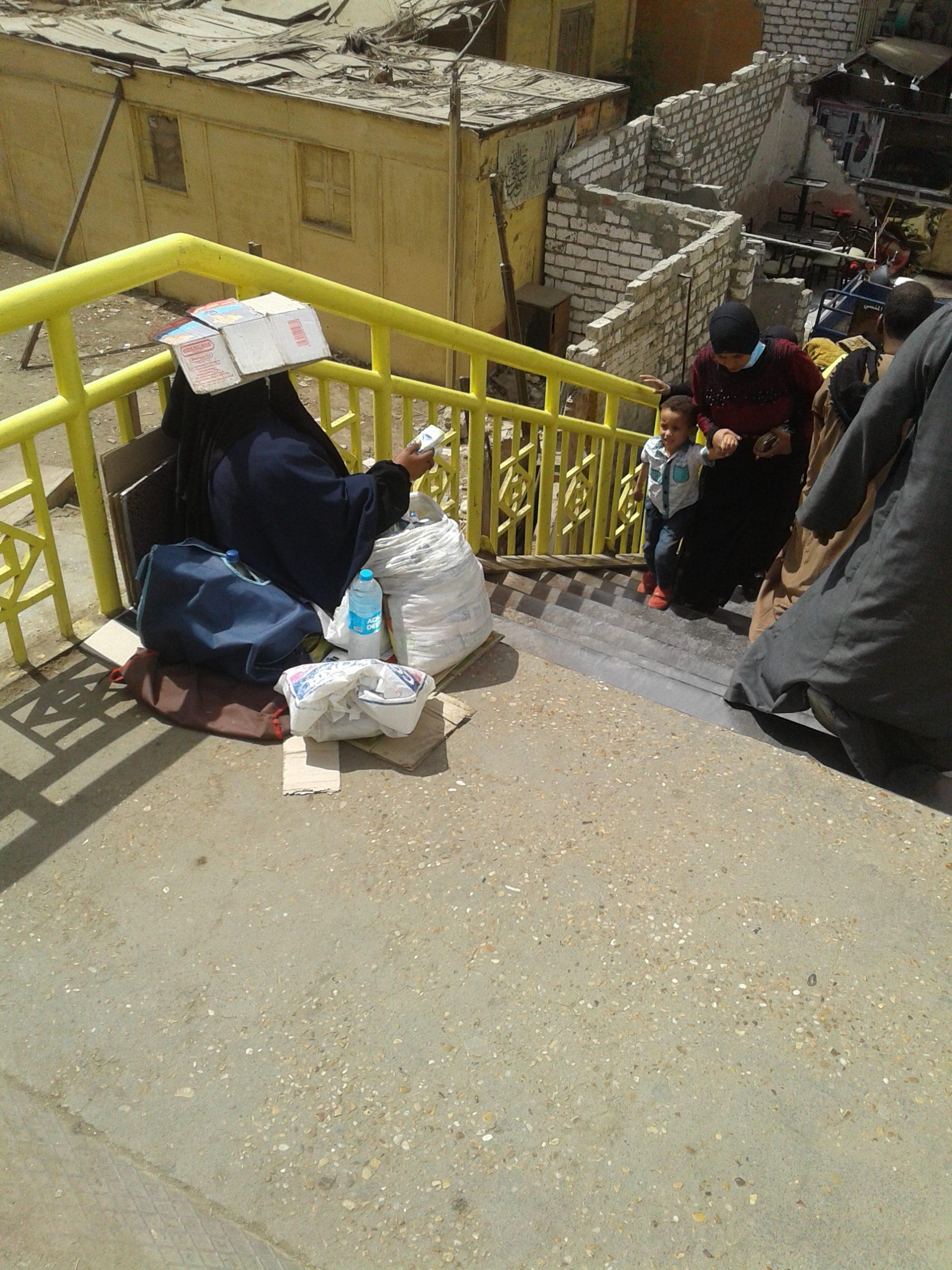 ام محمود تتسول اعلى كوبرى المحطة بالمنيا