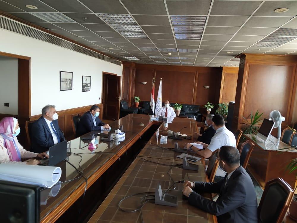 اجتماع وزير الرى مع قيادات الوزارة