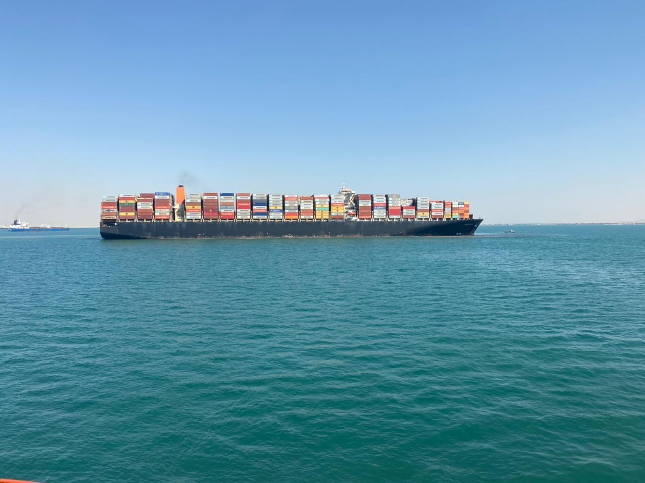 تعويم سفينة بعد جنوحها في القناة