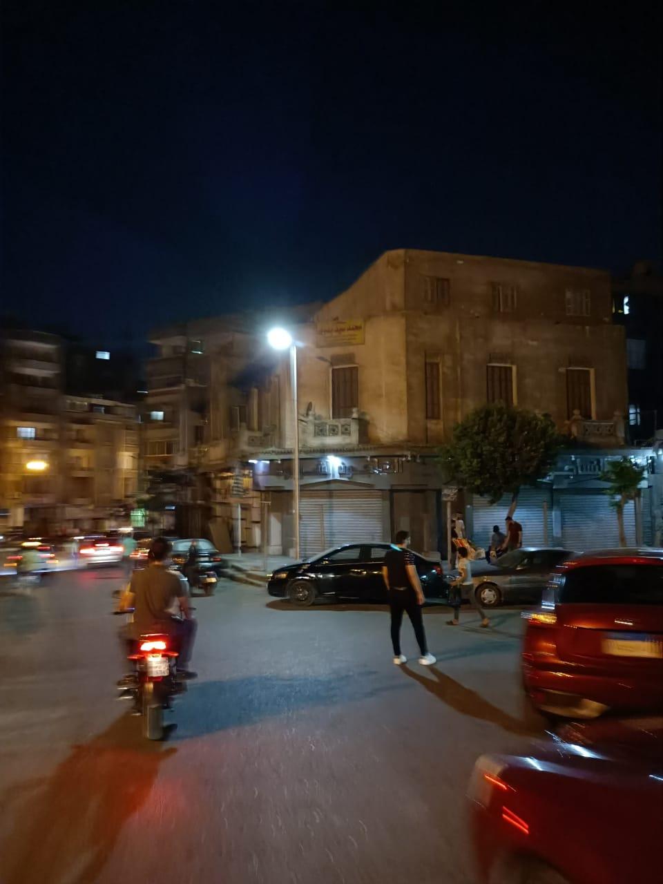 مشهد من إغلاق المحال التجارية بمنطقة الخليفة