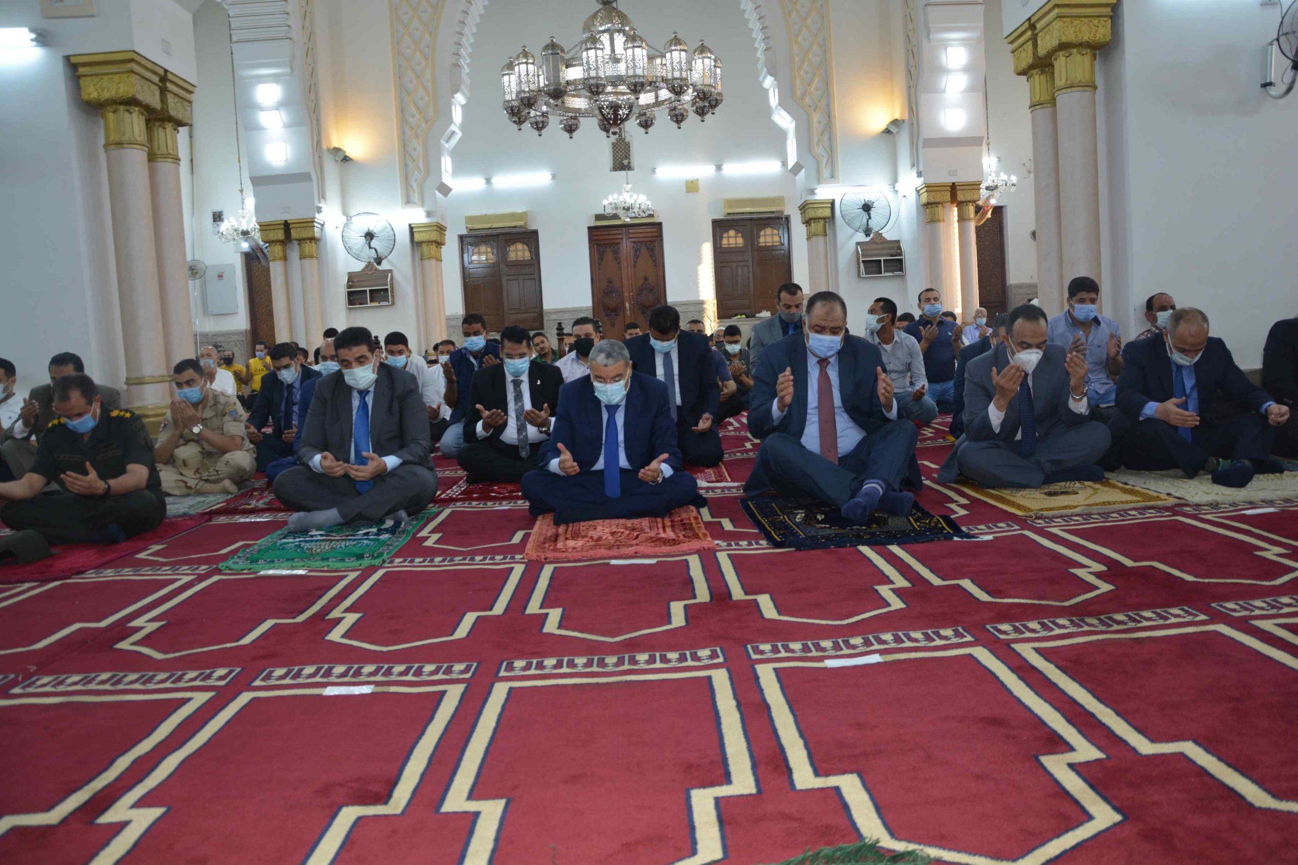 محافظ المنيا يؤدى صلاة العيد بمسجد الفولى